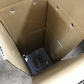 縦箱を使用し、お水の入ったプラ容器に浸かった状態でお届け致します。